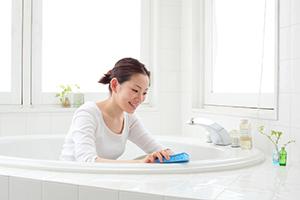 お風呂掃除をする主婦の画像